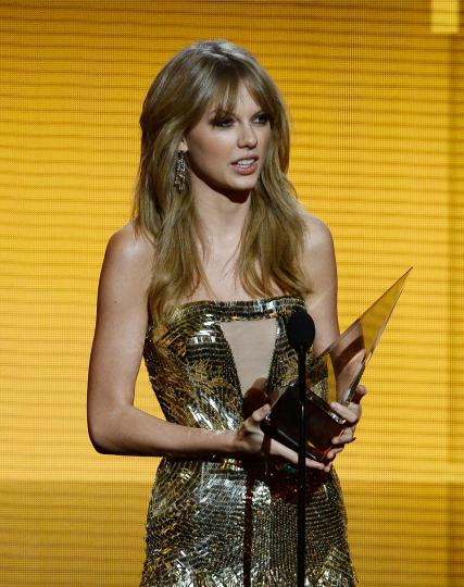 Taylor-Swift-named-Artist-of-the-Year-at-AMAs